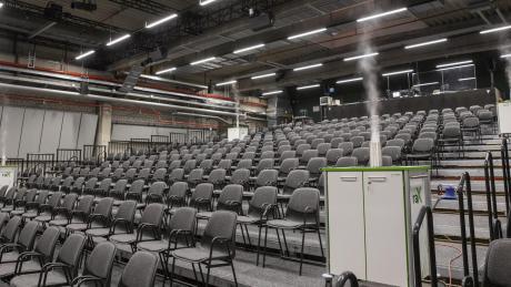 Desinfektionsnebel steigt aus vier Maschinen in den Zuschauerraum des Staatstheaters im Augsburger Martinipark.