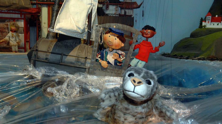 """Nur ein Jahr nach Erscheinen von Michael Endes """"Jim Knopf und Lukas der Lokomotivführer"""" brachte die Augsburger Puppenkiste das Buch ins Fernsehen."""