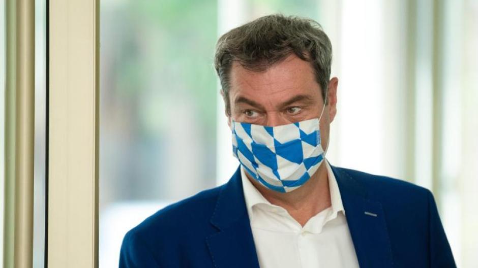 Markus Söder (CSU) mit Maske in bayerischen Landesfarben.