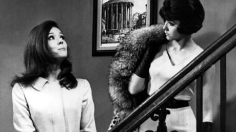 Diana Rigg (l) als als Agentin Emma Peel in der Fernsehserie «Mit Schirm, Charme und Melone» (1967).