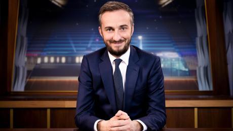 """Bald auch zurück im TV: Die neue Show von Jan Böhmermann wird im ZDF freitagabends nach der """"heute-show"""" zu sehen sein. """"ZDF Magazin Royale"""" startet nach Angaben des Senders am 6. November um 23 Uhr, die Sendedauer wird 30 Minuten sein."""