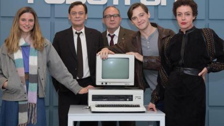 Svenja Jung (l-r), Sylvester Groth, Uwe Preuss, Jonas Nay und Maria Schrader bei Dreharbeiten zu «Deutschland 89».