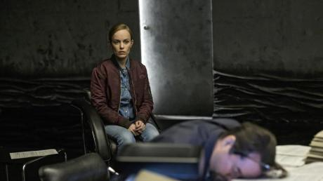 Professor Boerne (Jan Josef Liefers) ist verwirrt und erschöpft - Nadeshda Krusenstern (Friederike Kempter) wacht über ihn in einer Szene des «Tatort: Limbus».