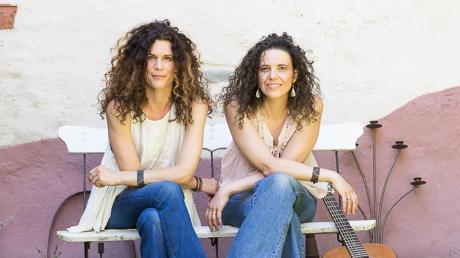 Auf der Bühne treten Inka Kuchler (links) und Irene Frank alias Schindele (rechts) gemeinsam als Vivid Curls auf.