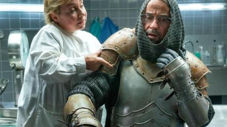 Silke Haller (ChrisTine Urspruch) hilft Prof. Karl-Friedrich Boerne (Jan Josef Liefers) dabei, die Ritterrüstung anzulegen.