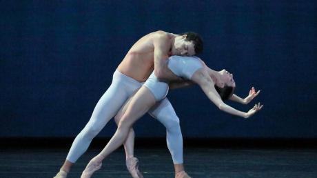 """Der Ballettabend """"Paradigma"""", den das Bayerische Staatsballett als Stream anbietet, ist dreiteilig. Die Szene stammt aus der Choreografie """"With a chance of rain"""" von Liam Scarlett."""