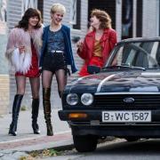 """Die Schauspielerinnen Jana McKinnon (von links,  als Christiane), Lea Drinda (Babsi) und Lena Urzendowsky (Stella) in einer Szene aus der neuen Serie """"Wir Kinder vom Bahnhof Zoo""""."""