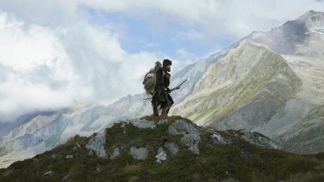 """Ein bildschöner Ötzi, der im Film nichts Verständliches gesprochen hat: Jürgen Vogel in der Titelrolle von """"Der Mann aus dem Eis"""" (2017)."""