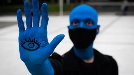 """Augen auf beim Umgang mit dem Blauen Planeten – sonst droht unser Aussterben? Eine Inszenierung der radikaleren Klimaaktivisten von """"Extinction Rebellion"""" beim kürzlichen weltweiten Protest, hier in Argentinien."""