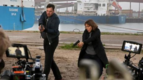 Charly Hübner als Hauptkommissar Alexander Bukow und Anneke Kim Sarnau als Profilerin Katrin König bei Dreharbeiten.
