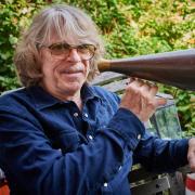 Musiker und Komiker: Helge Schneider mit Megafon auf der Terrasse seiner Wohnung.