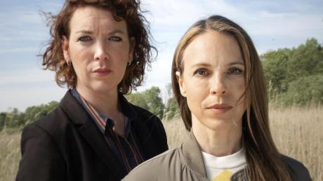 Lina Beckmann (l) und Anneke Kim Sarnau ermitteln jetzt gemeinsam im Rostocker «Polizeiruf 110».