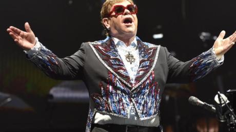 Elton John tritt während seiner Elton John Farewell Yellow Brick Road Tour auf.