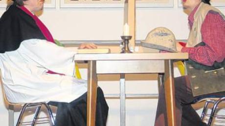 Pfarrer Loni Moser ist erstaunt, was Christine Kirschner zu beichten hat.