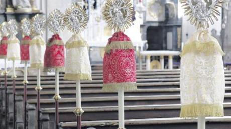 Zu hohen kirchlichen Festtagen wie Ostern oder Pfingsten schmücken die restaurierten Bruderschaftsstangen ab sofort wieder die Seiten der Kirchenbänke in St. Michael.
