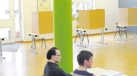 """Im Wahllokal Schule warteten gestern die Wahlhelfer Dirk Hentschel (links) und Christian Heiß auf """"Kundschaft""""."""
