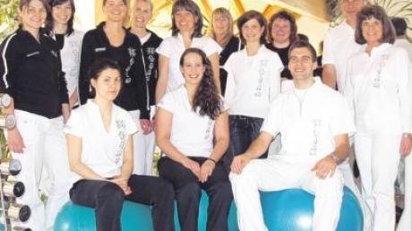 Die Mitarbeiter der Physiotherapie Storhas und die Familie (rechts, ganz in Weiß) Kasimir, Sigrid und Simon Storhas.