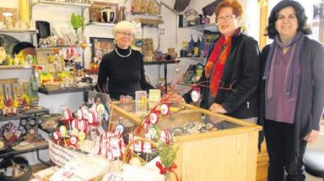 Christine Zeisel, Ellen Lekar und Celia Cardoso-Niedermeier (von links) freuen sich auf viele Besucher, wenn der Eine-Welt-Laden in Windach am Sonntag, 10. April, sein zehnjähriges Bestehen feiert.