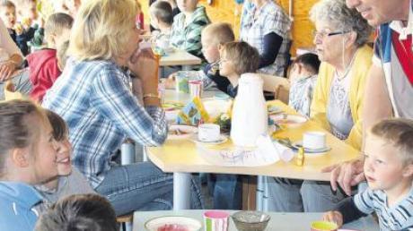 Die Kinder des Penzinger Kindergartens St. Martin luden die Bewohner des Betreuten Wohnens zu einem Osterfrühstück.
