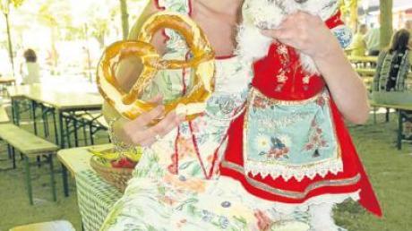Lola Paltinger (selbst Hundenärrin mit Foxl Heidi) wird den schillernden Dirndllook fürs Hundefestival liefern.