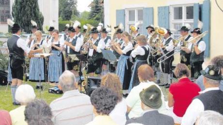 Ein Standkonzert der jetzt 90-jährigen Trachtenkapelle Apfeldorf vor dem Pfarrhof.