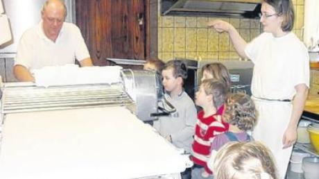 Die Penzinger Kindergartenkinder in der Bäckerei Schwark.