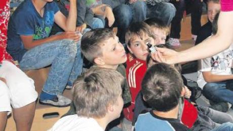 Bei seiner Lesung lässt Andreas Dietz die Grundschüler auch den Duft der Zauberblume riechen.