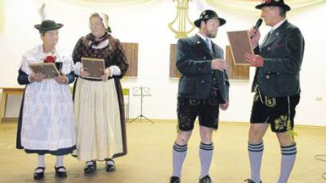 Vorstand Theo Albert (rechts) übergibt an (von links) Gabriele Floritz, Marianne Schreiegg und Anton Leins das Goldene Vereinsehrenzeichen und die Urkunde.