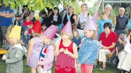 Ein ganzes Kindergartenjahr stellten die Buben und Mädchen in ihrer Aufführung nach. Bürgermeister Georg Epple (am Mikro) bedankte sich bei der Leiterin des Kindergartens, Susanne Geyer-Müller (rechts), für die erfolgreiche Arbeit.
