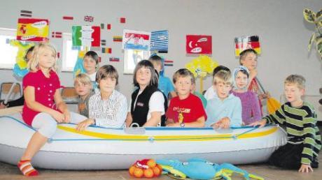 Mit einem Schlauchboot sammelten die Drittklässler der Grundschule Apfeldorf Spezialitäten aus verschiedenen Ländern ein. Eine Reise durch Europa war das Thema des diesjährigen Schulfestes.