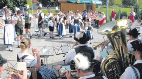Zur Musik der Trachtenkapelle zeigte die Apfeldorfer Trachtenjugend einige Tänze vor den zahlreichen Besuchern.