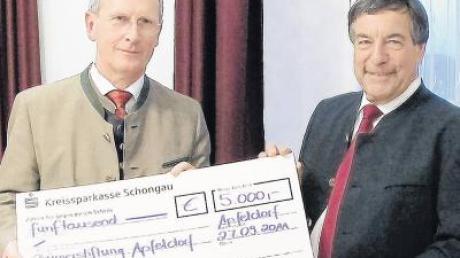Für die neue Stiftung überreichte Fritz Lutzenberger, Vorsitzender der Sparkasse Schongau (links), Bürgermeister Georg Epple 5000 Euro Startkapital.