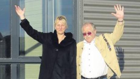 Alexandra Rosenberg und Klaus Hirsch vor dem künftigen Firmenstandort in Irsingen.