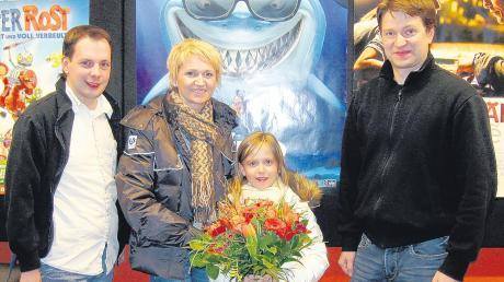 Die kleine Emily konnte sichmit ihrer Mutter über die Freikarte freuen. Mit im Bild Michael Haid und Sebastian Kremer vom Filmpalast.