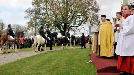 An der Leonhardikapelle segnete Pater Franz Schaumann die vorbeiziehenden Reiter und Gespanne, Bürgermeister Erich Püttner verteilte die Erinnerungsrosetten.