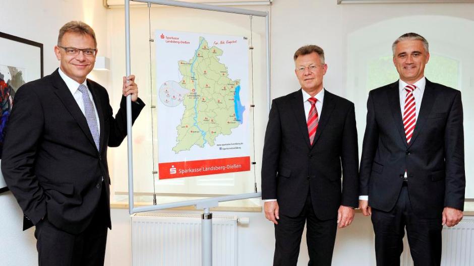 landsberg diessen vor der karte mit der neuordnung der geschaftsstellen von links vorsitzender thomas krautwald hans peter trager und roland bock