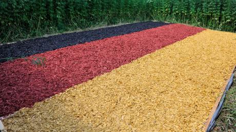Eröffnung des Hanffeldlabyrinths im Freizeitpark Utting mit der Deutschlandfahne.