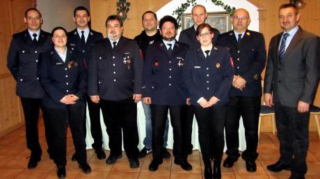 Versammlung bei der Feuerwehr Thaining: Geehrte, Vorstandsmitglieder und Kommandanten mit Bürgermeister Leonhard Stork (rechts).
