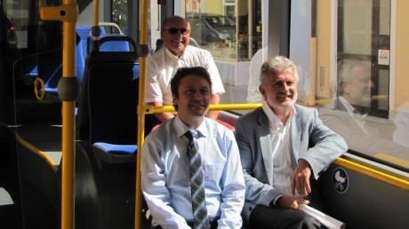 Bei einer rollenden Pressekonferenz im Dießener Ortsbus stellten Ralf Kreutzer (vorne links) vom Regionalverkehr Oberbayern, Busunternehmer Horst Schnappinger (hinten) und Bürgermeister Herbert Kirsch die Ergebnisse der ersten Fahrgastbefragung vor.