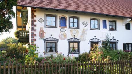 Reich bemalt ist die Fassade dieses Gehöfts in Entraching, das den Hausnamen Maxenbauer trägt.