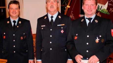 Kreisbrandmeister Johann Hagenbusch (Mitte) zeichnete Markus Beisch (rechts) mit dem Feuerwehrehrenzeichen aus. Mit auf dem Bild ist Kommandant Manfred Rock.
