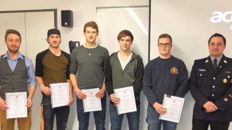 Florian Arnold, Tobias Kubanek, Philipp Bauer, Maximilian Schäferle und Johannes Schneider (von links) wurden zu Feuerwehrmännern befördert, rechts neben ihnen ist Kommandant Thomas Lindner.