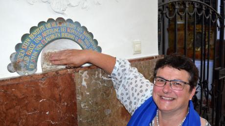 Maria Steinle vom Frauenbund Dießen hat einen Meditationsweg auf den Spurem der Seligen Mechtildis zusammengestellt. Hier ist Steinle beim Mechtildisstein zu sehen. Ihnzu berühren soll beiKopfweh helfen.