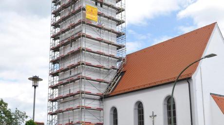 Der Turm der Schwiftinger Pfarrkirche ist eingerüstet, damit die Fassade ausgebessert werden kann.