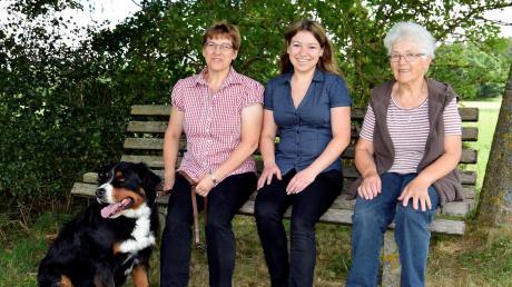 """Drei Generationen in der """"Villa"""" Möstl: Gertrud, Claudia und Liselotte Möstl leben auf einem der fünf Höfe in dem Weiler bei Obermühlhausen."""