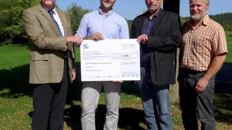 Dr. Johann Sachmann (von links) und Dominik Schanderl übergaben Ulrich Hauser und Josef Beyrle einen Scheck über 5000 Euro.