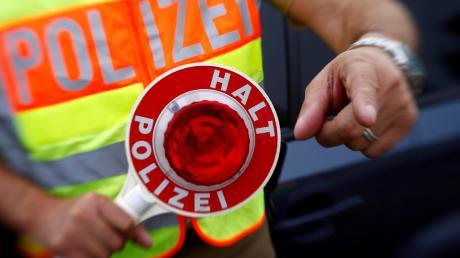 Ein Autofahrer hat in der Nacht aufFreitag bei einer Polizeikontrollen in Dettenhofennicht angehalten, er versuchte über einen Feldweg zu flüchten.