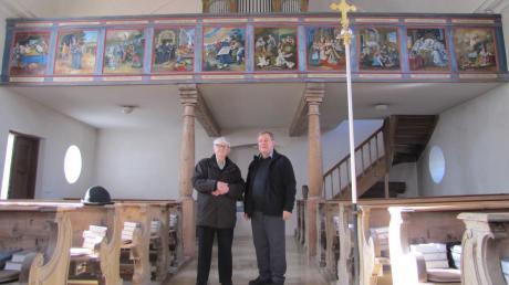 Josef Seefelder (links) hat vor 19 Jahren auf zehn Holztafeln das Leben des Heiligen Martin aufgemalt, rechts Pfarrer Josef Kirchensteiner.