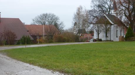 Auf einer kleinen Wiese neben der Kapelle St. Sebastian in Oberfinning soll gebaut werden, ein Thema, das jetzt wieder den Finninger Gemeinderat beschäftigt hat - vor allem auch wegen der Breite des Weges im Vordergrund.