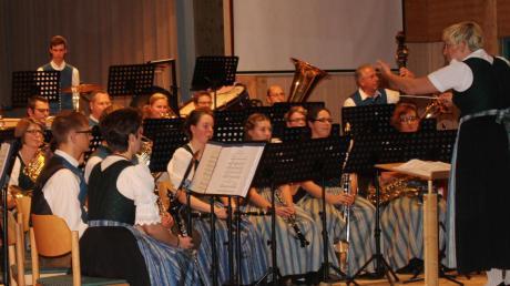 Unter Leitung von Tanja Geiger spielte die Blaskapelle Markt Leeder in der Fuchstalhalle.